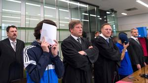 Im Prozess um die Feuerattacke auf einen Obdachlosen in Berlin sind sechs junge Männer angeklagt