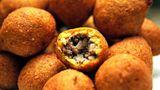 Kibbe  Auch diese herzhaften Bällchen kommen aus der Fritteuse: Sie nennen sich Kibbe und gelten in arabischen Ländern als Köstlichkeit. Dabei handelt es sich um mit Hackfleisch gefüllte Teigtaschen aus Hartweizengriess. Sie werden in heißem Öl ausgebacken, bis die äußere Schale goldgelb ist.