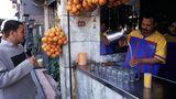 Zuckrige Säfte  Süße Säfte sind in Ägypten beliebt. Aus frisch gepresstem Obst wie auf diesem Bild zu sehen, bestehen sie jedoch selten. Oft handelt es sich um industriell gefertigte Fruchtmischungen, die mehr Zucker als Obst enthalten.