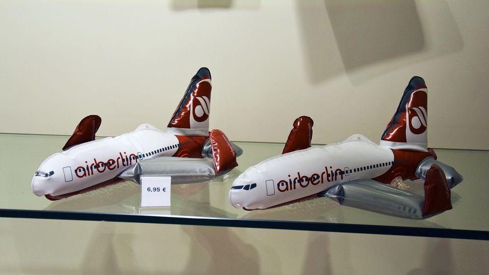 Bei Air Berlin ist fast die Luft raus: Flugzeuge zum Aufblasen in einer Verkaufsvitrine am Hamburger Flughafen.