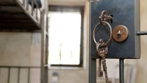 Symbolfoto einer nicht echten Gefängniszelle