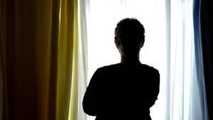 Eine Frau blickt aus dem Fenster (Symbolbild). Im Kampf gegen Depressionen setzen Krankenkassen auf Online-Therapien.