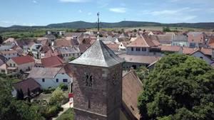 """In der Kirche St. Jakob in Herxheim (Rheinland-Pfalz) hängt im Glockenturm eine Bronzeglocke mit Hakenkreuz und dem Spruch """"Alles fuer's Vaterland - Adolf Hitler""""."""