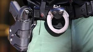 Bei der Rangelei am Boden ist es dem Täter gelungen, sich der Dienstwaffe eines Polizisten zu bemächtigen