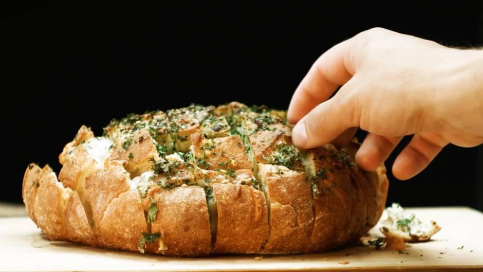 Käsige Brotzeit: Dieser Knoblauch-Käse-Laib gelingt ganz einfach