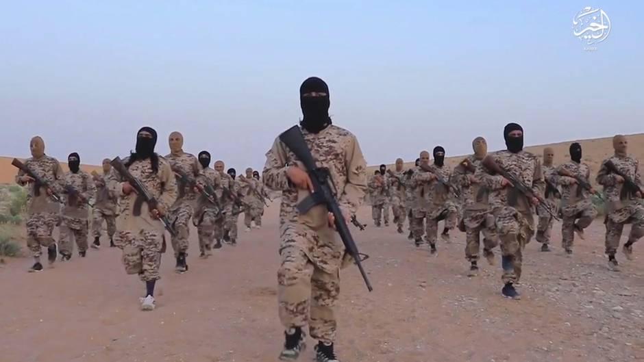 Kämpfer des selbst ernannten Islamischen Staates in Syrien auf einem Propagandafoto (Archivbild)