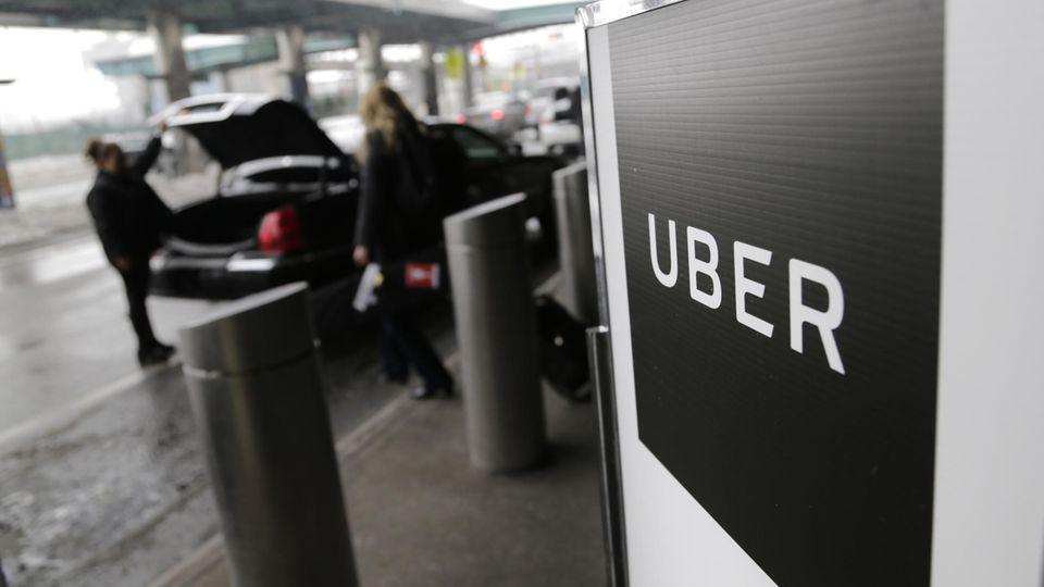 Ein Schild weist einen Uber Pick-Up-Point am Flughafen in New York aus