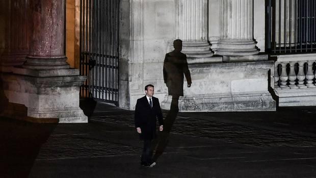 Am Tag seiner Wahl schreitet der Präsident zur ersten Ansprache vor den Louvre.