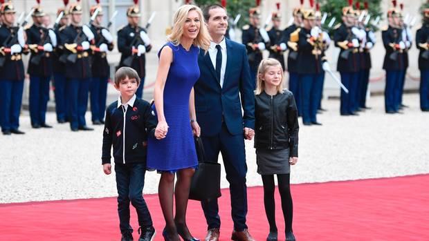 Macrons Stieftochter Laurence Auziere-Jourdan (2. von links), ihr Ehemann Guillaume Jourdan (2. von rechts), sowie deren Sohn und deren Tochter Emma (r.) vor dem Präsidentenpalast in Paris.