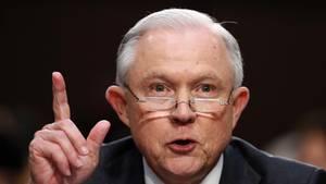 Mit Lesebrille auf der Nase und erhobenem Zeigefinger macht US-Justizminister Jeff Sessions eine Aussage zu Russland-Connections