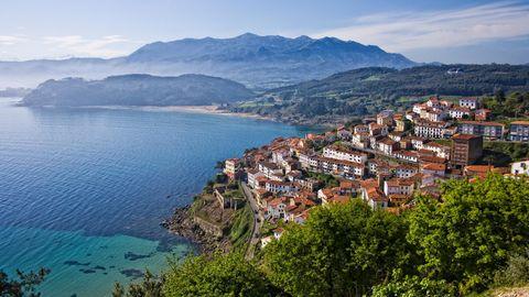 Das Fischerdorf Lastres am Golf von Biskaya in Asturien