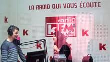 Ein Blick in das Radiostudio zeigt zwei Mitarbeiter des Senders