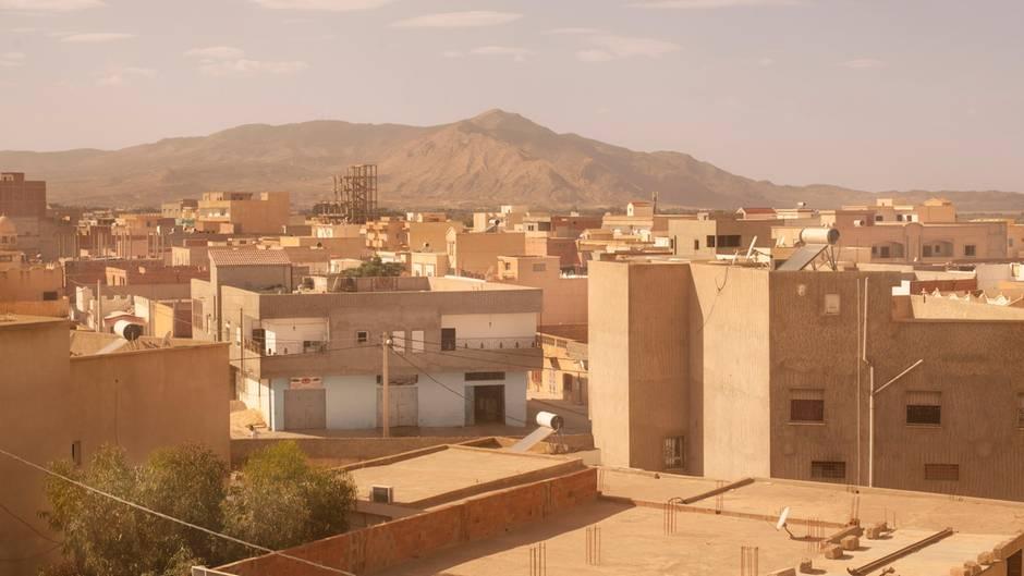 Kasserine liegt am Fuße des Djebel Chambi in Tunesien. In seinen Schluchten verstecken sich Terroristen