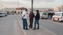 Menschen stehen an dem Busbahnhof, wo sich Hosny Kaliya 2011 angezündet hat