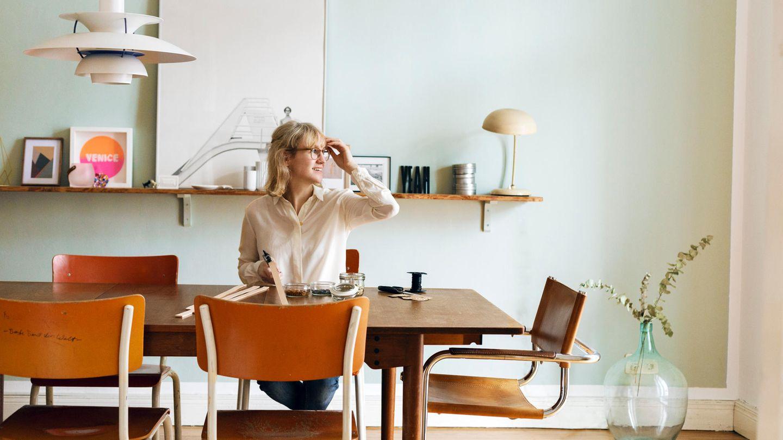 Die Designerin Isabell Liebmann sitzt an einem Tisch