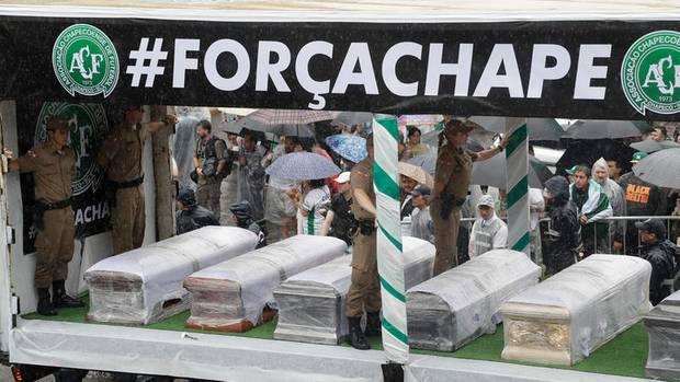 19 Spieler starben bei dem Absturz; ihre Särge wurden im Dezember 2016 ins Stadion von Chapecó gerollt
