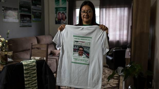 Jacqueline Madrid hat das Bild ihres toten Mannes Anderson auf T-Shirts drucken lassen. Er war Zeugwart des Klubs.