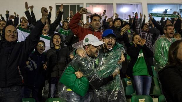 Das Stadion ein Tollhaus: Die Anhänger trotzen dem Regen im Süden von Brasilien.