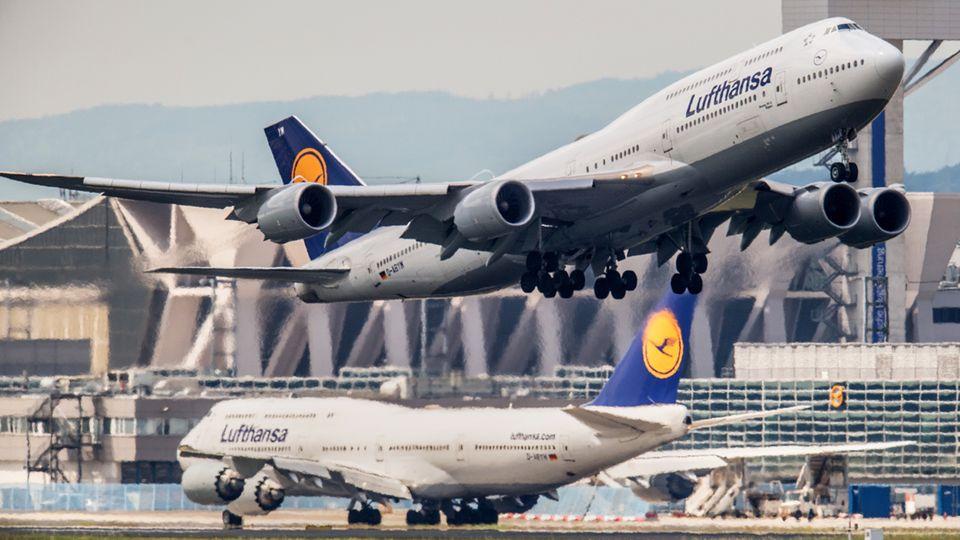 Zwei Jumbojets der Lufthansa an ihrem Drehkreuz in Frankfurt