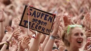 """Am Tag nachdem Rock am Ring unterbrochen worden war, forderten feiernde Zuschauer """"Saufen gegen Terror"""""""