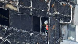 Ein Feuerwehrmann in der Brandruine von London - Wie sieht es mit dem Brandschutz in Deutschland aus?