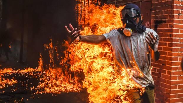 Ein Aktivist hat Feuer gefangen, nachdem der Tank eines Motorrads explodiert ist