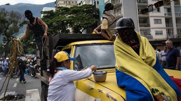 Eine Regimegegnerin versorgt erschöpfte Frontkämpfer mit Essen