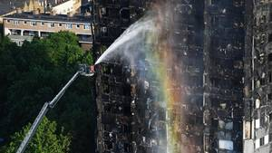 Bei dem Brand im 24-stöckigen Grenfell Tower in London sind mindestens zwölf Menschen ums Leben gekommen