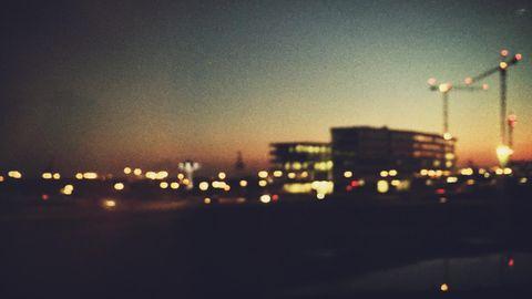 Hamburger Skyline verschwimmt in der Abenddämmerung
