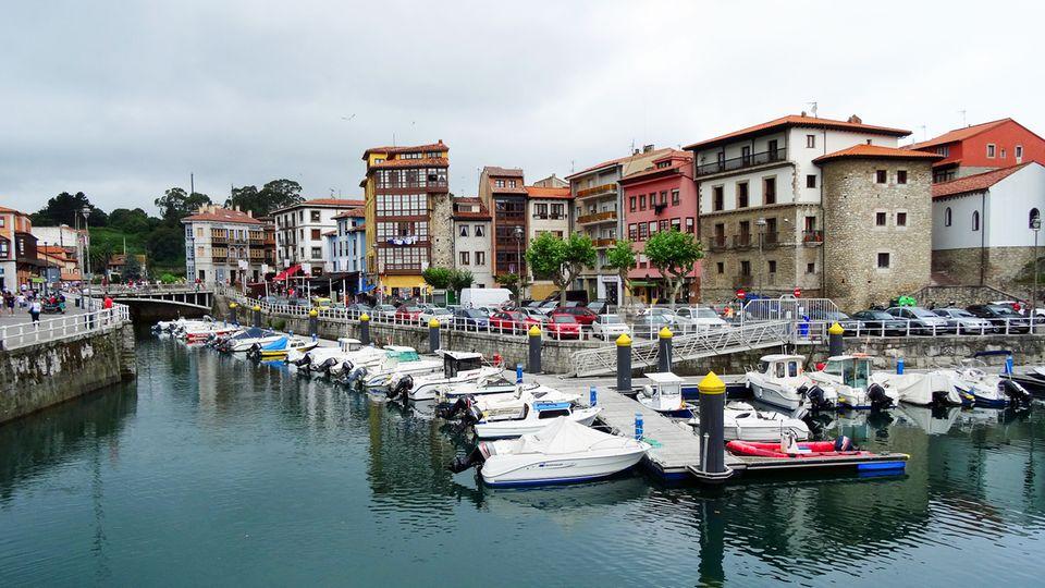 Bei Spaniern eine beliebte Sommerfrische: Llanes mit seinem Hafen und der denkmalgeschützten Altstadt.