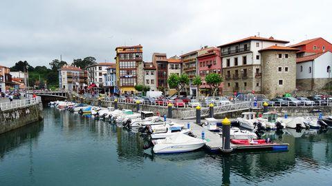 Bild 1 von 9der Fotostrecke zum Klicken:Bei Spaniern eine beliebte Sommerfrische: Llanes mit seinem Hafen und der denkmalgeschützten Altstadt.