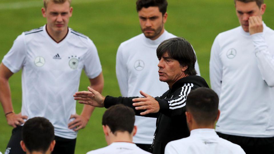 Vorbereitung auf den Confed Cup - Jogi Löw bei einer Ansprache inmitten seiner Spieler