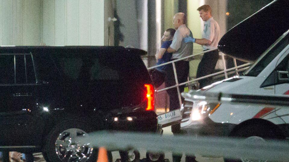 US-Bürger Otto Warmbier wird bei seiner Ankunft in den USA aus Nordkorea aus dem Flugzeug getragen