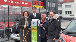 Täglich im Angebot: kostenloser Strom! Marktleiter Ralf Kramer (rechts) mit seinem Vater, Dr. Norbert Verweyen (innogy) und Martina Reisch (REWE Dortmund)  bei der Einweihung der Ladesäule