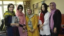 Chefredakteurin Fatana Hassansada und ihr Team