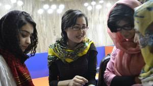 Fatana Hassanzada unterhält sich mit ihrem Team