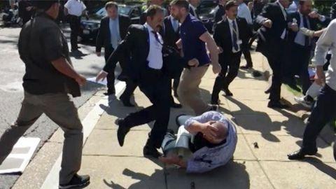 Ein Leibwächter des türkischen Präsidenten Recep Tayyip Erdogan tritt auf einen am Boden liegenden Demonstranten ein