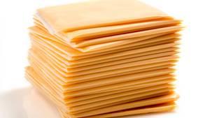 """Finger weg von Scheiblettenkäse  Eigentlich dürfte sich dieser """"Käse"""" gar nicht """"Käse"""" nennen. Enthalten sind nämlich vor allem Zusatzstoffe wie krankmachende Phosphate.Daher ein absolutes No-Go. Vorsicht vor allem vor Käse auf dem Cheeseburger, den es in den meisten Fast-Food-Lokalen gibt."""