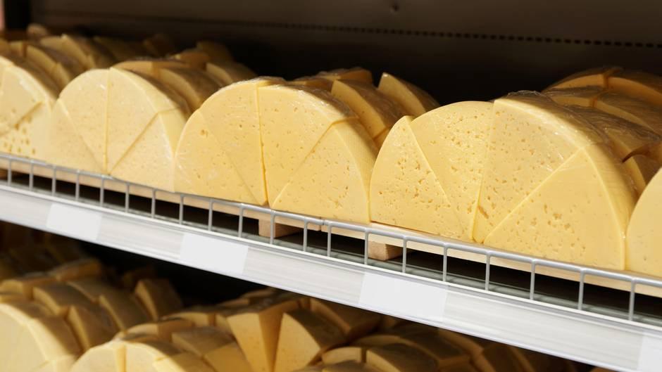 Finger weg von fettreduziertem Käse  Vorsicht, wenn ein Produkt mit Fettreduktion beworben wird. Meist enthalten sie gesundheitsschädliche Zusatzstoffe, um das Fett aufzuwiegen.