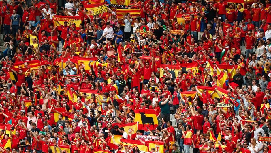 Spanien-Fans feuern ihre Mannschaft an