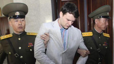 Der US-Student Otto Warmbier (M.) im März 2016 bei seinem Prozess in Nordkorea. Nach nordkoreanischen Angaben ist er wenig später ins Koma gefallen