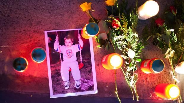 Ein Foto des verschwundenen Pascal liegt am 30.09.2011 auf dem Marktplatz in Saarbrücken (Saarland) neben Kerzen.