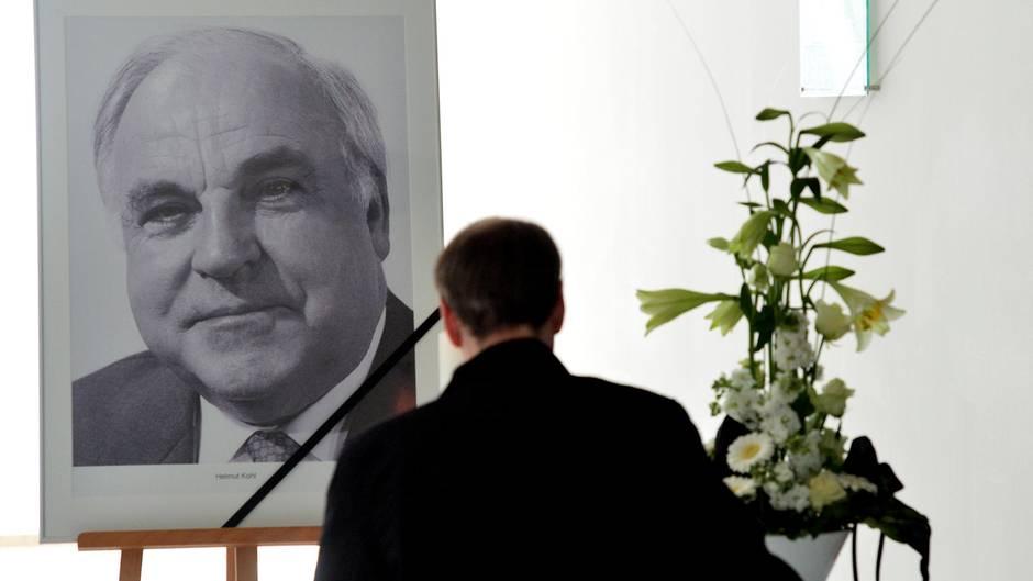 Trauer um Helmut Kohl - die CDU legte im Konrad-Adenauer-Haus ein Kondolenzbuch aus.