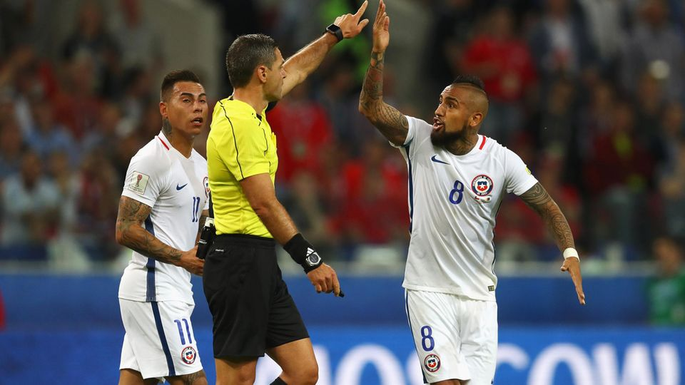 Proteste aus Verzweiflung: Chiles Arturo Vidal (r.) beschwert sich bei Schiedsrichter Damir Skomina