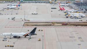 Verschiedene Flugzeuge stehen auf dem Vorfeld vom Flughafen in Stuttgart