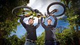 Deutscher Gründerpreis 2017: Präzision als Antrieb Pinion – Finalist in der Kategorie Aufsteiger: Christoph Lermen (l.) und Michael Schmitz waren fasziniert von den präzisen Schaltgetrieben in der Autoindustrie. Wieso gibt es die nicht fürs Fahrrad?, fragten sie – und legten los. Ihr 18-Gang-Getriebe wird inzwischen von mehr als 70 Fahrradherstellern verbaut und schaltet verschleißfrei und zuverlässig in jeder Lage.