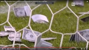 Falsche Dollarscheine auf dem Spielfeld während der U21-Partie Italien gegen Dänemark
