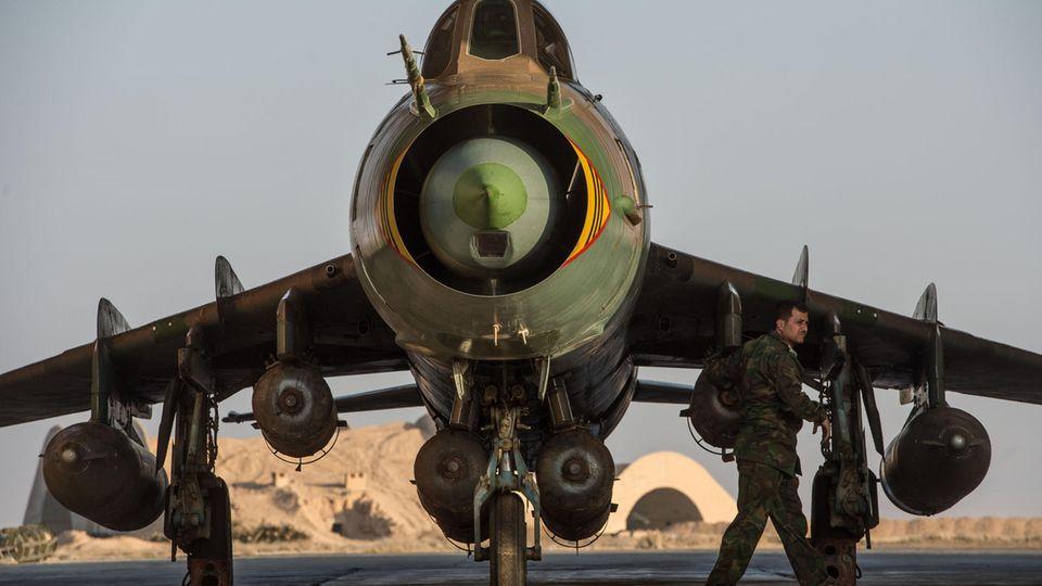 Eine syrische Su-22 auf einem Stützpunkt bei Homs.
