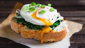 3. Eier  Pochierte Eier, Spiegeleier, Rühreier oder Omelette sind der perfekte Start in den Tag. Eier sind voll von Proteinen, kombinieren Sie Ihr Eigericht mit Gemüse für die nötigen Ballaststoffe beispielsweise mit Spinat, Pilzen oder Tomaten.