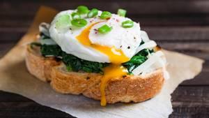 3. Eier  Pochierte Eier, Spiegeleier, Rühreier oder Omelette sind der perfekte Start in den Tag. Eier sind voll von Proteinen, kombinieren Sie Ihr Eigericht mit Gemüse für die nötigen Ballaststoffe beispielsweise mit Spinat, Pilzen oder Tomaten.      Hier ein Rezept für Eggs Benedict (pochierte Eier mit Sauce Hollandaise).      Zutaten:  Brot-Muffins oder Pita-Brote,Schinken,Ei      Sauce hollandaise: 100 g ungesalzene Butter,2 Bio-Eigelbe,1 TL Senf, 1 EL Weißweinessig, 1 ELZitronensaft      Zubereitung:  Zuerst das Ei pochieren: Ei in einem Glas aufschlagen. Einen großen Topf mit Wasser zum Kochen bringen, Essig hinzufügen. Das siedende Wasser kreisförmig in Bewegung setzen und in die Mitte langsam das Ei hineingleiten lassen. Etwa zwei bis drei Minuten pochieren lassen. Dann das pochierte Ei aus dem Wasser schöpfen und kurz abtrocknen lassen.  Für die Sauce hollandaise Butter in einem Topf schmelzen lassen, über einem Wasserbad die Eigelbe in eine Schüssel geben und mit dem Zitronensaft und dem Senf schaumig schlagen. Dann langsam die Butter unterrühren. (Tipp: Falls die Sauce flockt, helfen ein paar Spritzer Wasser). Mit Essig abschmecken.  Schinken, Ei und Sauce hollandaise auf dem Pita-Brot anrichten und servieren.  Fertig!